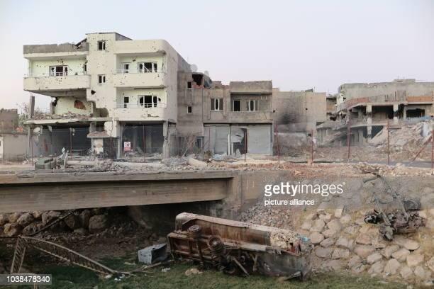 Blick auf die zerstörte Brücke die in das zerstörte und abgeriegelte Viertel Abdul Kadir Pascha in Nusaybin in der Türkei führte aufgenommen am Im...