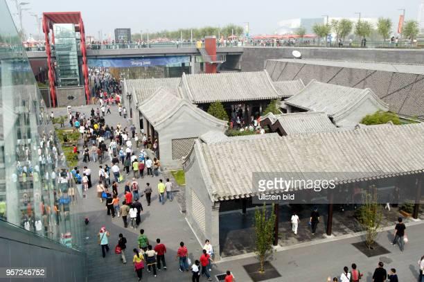 Blick auf ein Funktionsgebäude in Form eines chinesischen Hofhauses das auf dem Olympiagelände 'Olympic Green' im Norden von Peking steht aufgenommen...