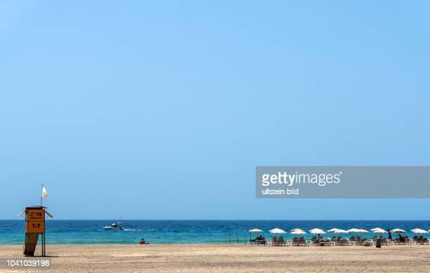 Blick auf Sonnenschirme und Liegen in der Naehe von Morro Jable auf der kanarischen Insel Fuerteventura in Spanien.