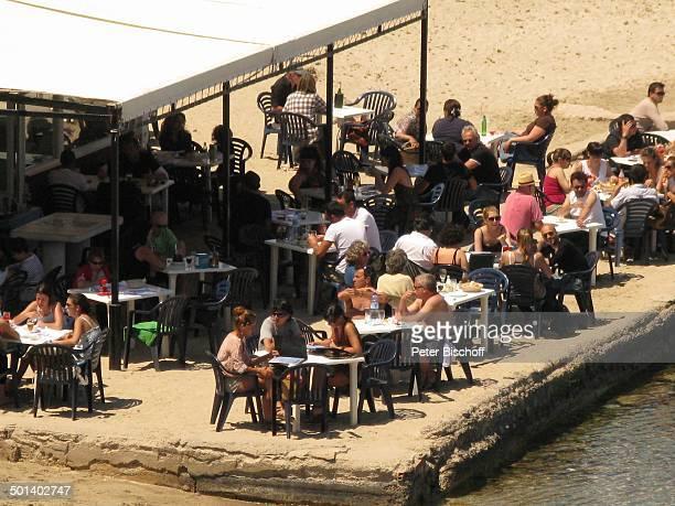 Blick auf Strandbar Talamanca Insel Ibiza Balearen Spanien Europa Bucht Urlauber Besucher Sonnenschein Reise AS DIG PNr 663/2010 Foto PBischoff...