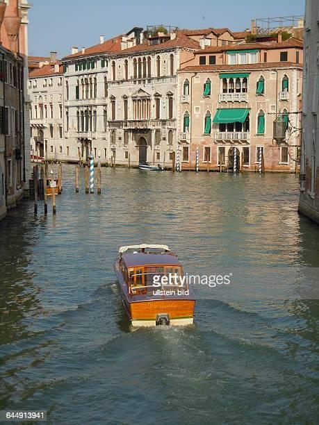 Blick aus einem Seitenkanal auf den Kanal Grande aufgenommen am 13 Mai 2015 im Stadtviertel Dorsoduro in Venedig