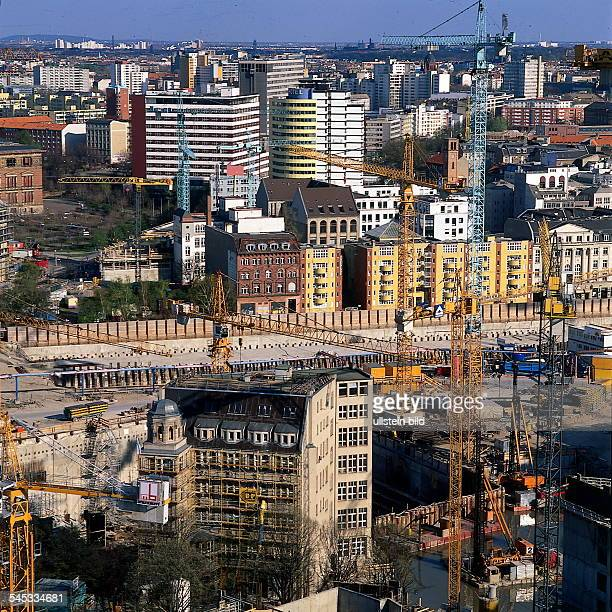 Blick aus erhöhter Sicht über den Platzin Richtung Kreuzberg Im Vordergrunddas Weinhaus Huth April 1997