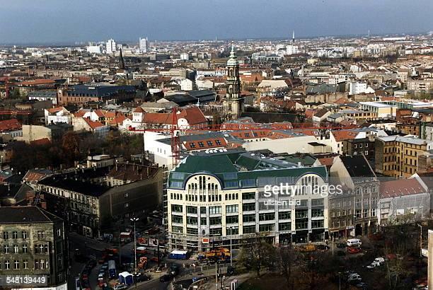 Blick aus erhöhter Sicht über die Hackeschen Höfe hinweg auf das Scheunenviertel und die Spandauer Vorstadt 1996