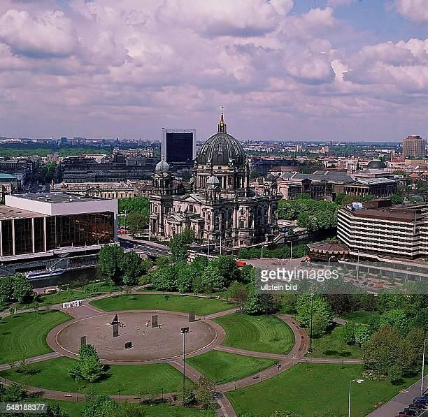 Blick aus erhöhter Sicht, links der 'Palast der Republik', rechts der Berliner Dom und das 'Palast-Hotel' - 1991