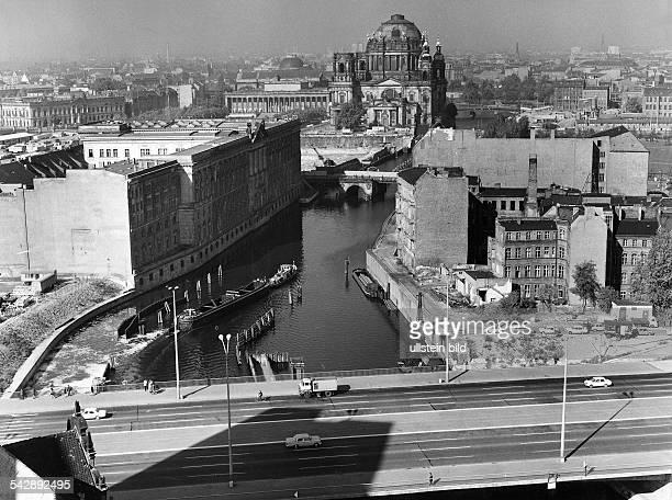 Blick aus erhöhter Sicht: vorn die Mühlendammbrücke über der Spree; dahinter links der Marstall, rechts die Bebauung am Spreeufer ; ganz hinten die...