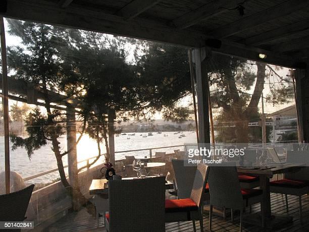 Blick aus Restaurant Sa Punta Talamanca Insel Ibiza Balearen Spanien Europa Stuhl Stühle Tisch Tische WeinGläser Bucht Reise AS DIG PNr 663/2010 Foto...