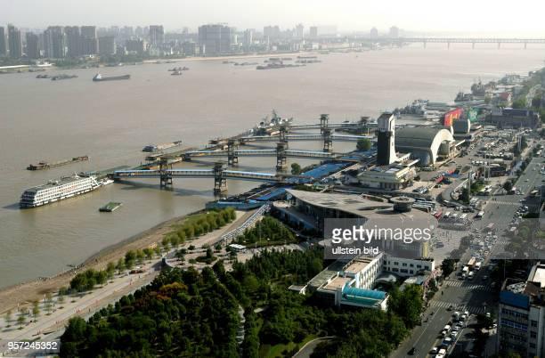 Blick über den Fluss Yangzi mit der Uferpromenade auf eine Silhouette von Hochhäusern in Wuhan Hauptstadt der Provinz Hubei Mit 5200000 Einwohner...
