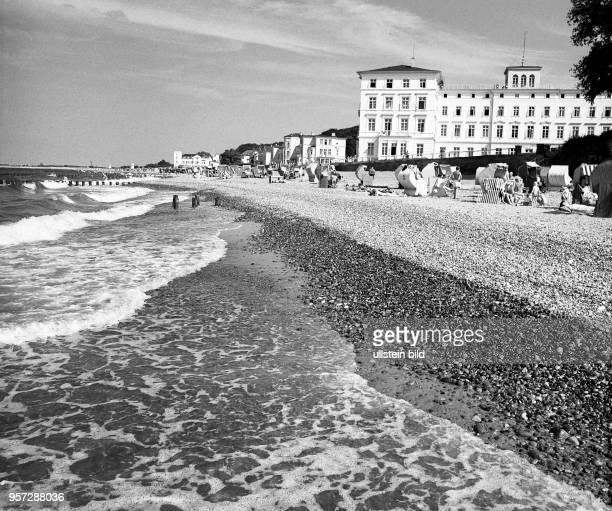 """Blick über den Strand des Ostseebades Heiligendamm, aufgenommen im Sommer 1969. Ob Urlaub oder Heilkur - die """"Weiße Stadt am Meer"""", so genannt wegen..."""