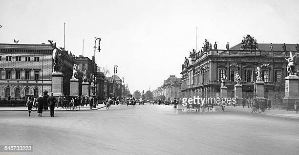 Blick über die Brücke auf den BoulevardUnter den Linden rechts das Zeughauslinks das Kronprinzenpalais1935