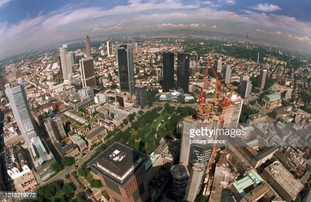 Blick über die Frankfurter Innenstadt vom CommerzbankHochhaus am 2271998 Diesen Ausblick werden die Besucher des WolkenkratzerFestivals '98 am 5und...