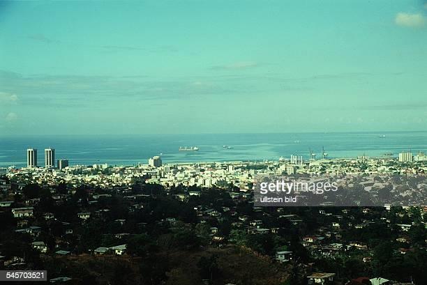 Blick über die Hauptstadt Port of Spainlinks die `Twin Towers`März 1995