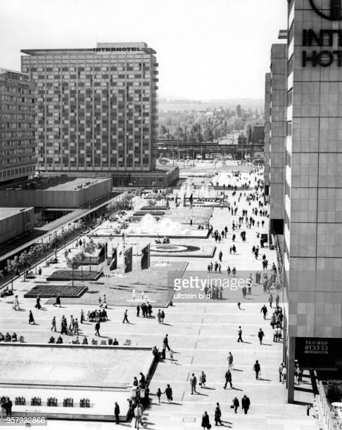 Blick über die in den 196070er Jahren erbaute Prager Strasse in Dresden in Richtung Hauptbahnhof aufgenommen im Juli 1982 Die Straße und die Häuser...