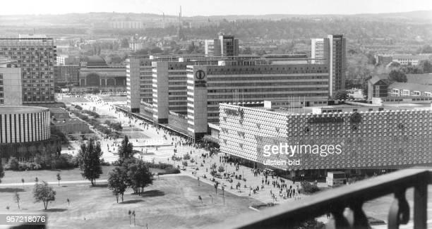 Blick über die in den 196070er Jahren erbaute Prager Strasse in Dresden mit dem neuen Centrum Warenhaus und dem Interhotel in Richtung Hauptbahnhof...