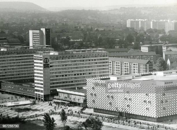 Blick über die in den 196070er Jahren erbaute Prager Strasse in Dresden mit dem neuen Centrum Warenhaus vor der Eröffnung und einem Interhotel Die...