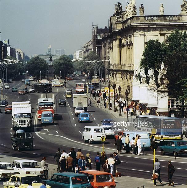 Blick über die MarxEngelsBrücke in Richtung Brandenburger Tor rechts das Zeughaus Unter den Linden vorn eine Bushaltestelle am MarxEngelsPlatz 1988