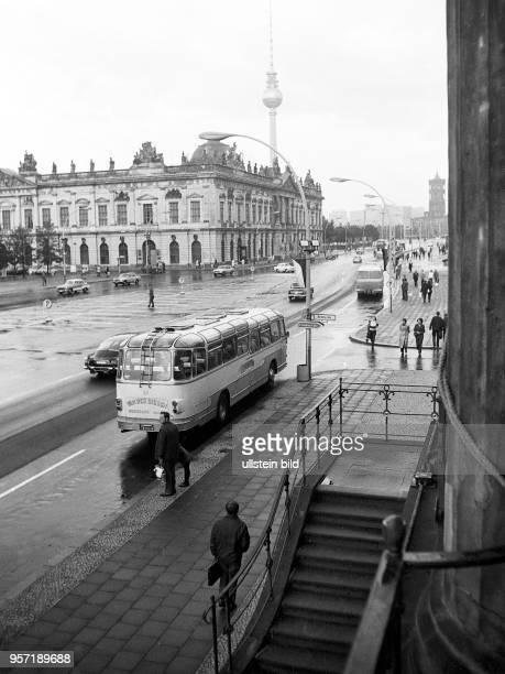 Blick über die Prachtstraße Unter den Linden auf das Zeughaus aufgenommen 1972 Seit 1952 hatte hier das Museum für Deutsche Geschichte seinen Sitz...