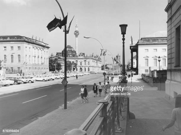 Blick über die Strasse `Unter den Linden' auf die Neue Wache und das Zeughaus in Richtung Rotes Rathaus 1969