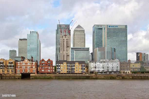 Blick über die Themse auf das Bankenviertel Canary Wharf in den Londoner Docklands Bürotürme der Banken citi state street Barclays und HSBC