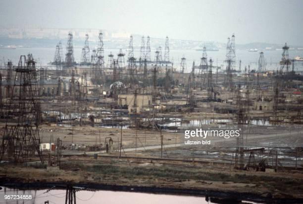 Blick über Erdöl-Fördereinrichtungen und Bohrtürme in Baku am Kaspischen Meer, undatiertes Foto von 1984. Foto. Wilfried Glienke