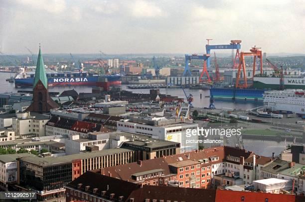 Blick über Kiel mit der St NikolaiKirche Im Hintergrund Fährschiffe und die Werft HDW