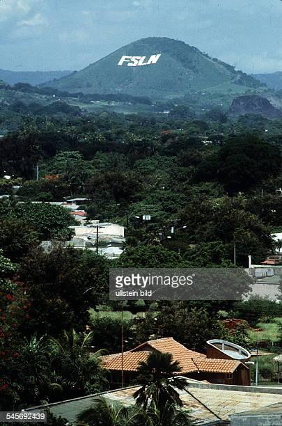 Blick über Managua Im Hintergrund amBerg die Aufschrift 'FSLN' 1985