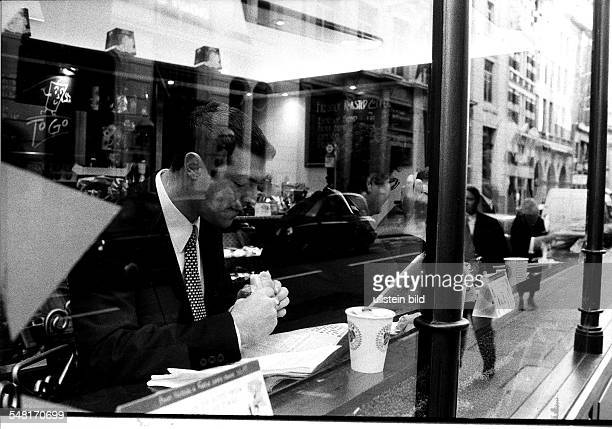 Blick durch die Scheibe einer Snack Bar in London Geschäftsmann beim Lunch 1998