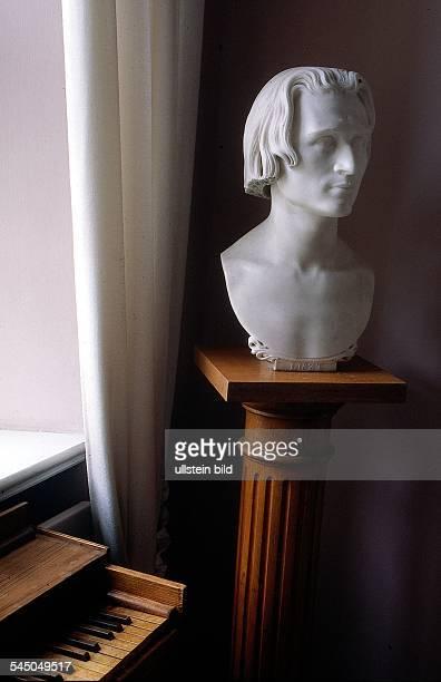 Blick in das Wohnhaus vonFriedrich Liszt in der Belvederer Alleein welchem er von 1869 1886 lebte vordem Fenster Klavier und Lisztbüste 1997