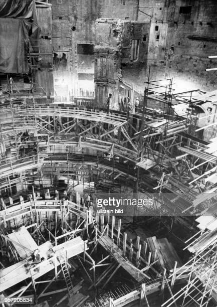Blick in den 1945 beim Bombenangriff auf Dresden im Zweiten Weltkrieg zerstörten Zuschauerraum der Semperoper, aufgenommen Ende der 1970er Jahre. Am...