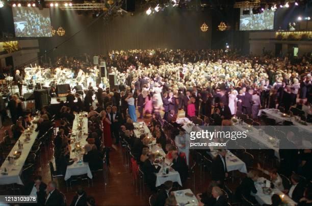 """Blick in den Festsaal während des 101. Europäischen Presse- und Funk-Balls Berlin 2000 am 8.1.2000. Der Ball unter dem Motto """"Finnland in Europa -..."""