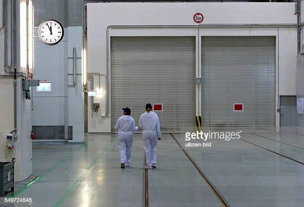 Blick in den Gleiskorridor des Zwischenlagers Nord in Lubmin In der Halle stehen Dampferzeuger und Reaktorgefaesse der demontierten Kernkraftwerke...