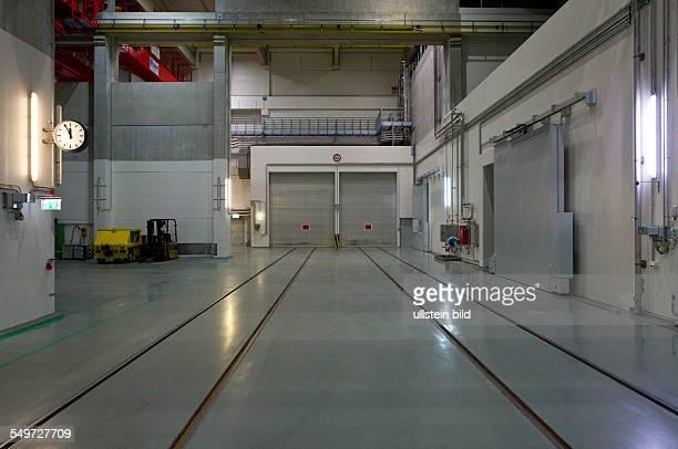 Blick in den Gleiskorridor des Zwischenlagers Nord in Lubmin . In der Halle stehen Dampferzeuger und Reaktorgefaesse der demontierten Kernkraftwerke...