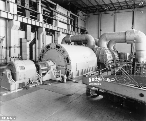 Blick in den Maschinensaal mit Turbine und Generator des 70MWKKW Betriebsteil Rheinsberg vom VE Kombinat Kernkraftwerke 'Bruno Leuschner' in...