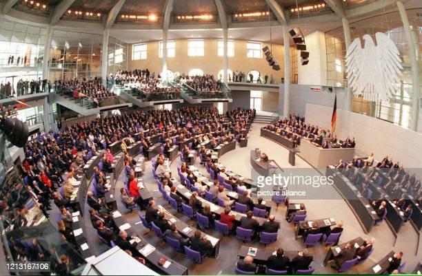 Blick in den Plenarsaal des Berliner Reichstagsgebäudes während der Eröffnungsrede von Bundestagspräsident Wolfgang Thierse am 1941999 Das...