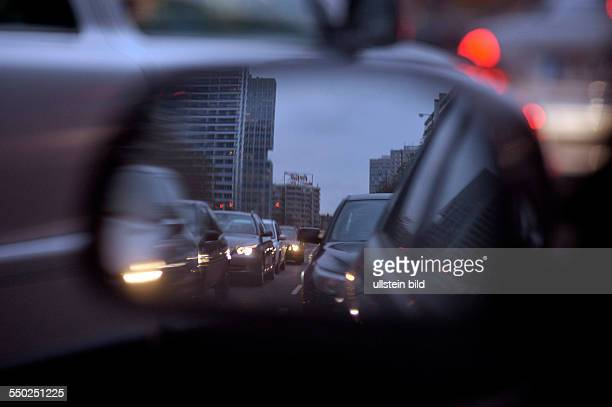 Blick in den Rückspiegel Dichter Verkehr auf Berlins Strassen