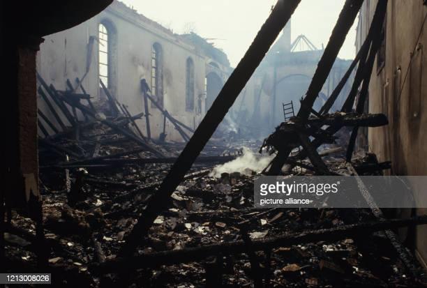 Blick in die ausgebrannte katholische Kirche in Hainburg am Das Gebäude brannte bis auf die Grundmauern nieder Menschen wurden nicht verletzt der...
