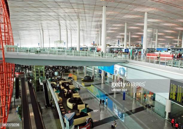 Blick in die CheckInHalle mit den Schaltern und die Ankunftshalle im neuen Ende Februar 2008 eröfffneten Flughafenterminal 3 in Peking aufgenommen im...