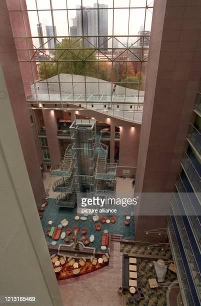 Blick in die Eingangshalle des neuen Frankfurter Hilton Hotels am das am 2311 eröffnet wird Im Hintergrund sind die Hochhäuser der Frankfurter Banken...