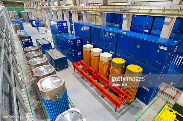 Blick in die Halle 6 des Zwischenlagers Nord in Lubmin . In der Halle stehen neben Castorbehaeltern auch Container mit Resten der demontierten...
