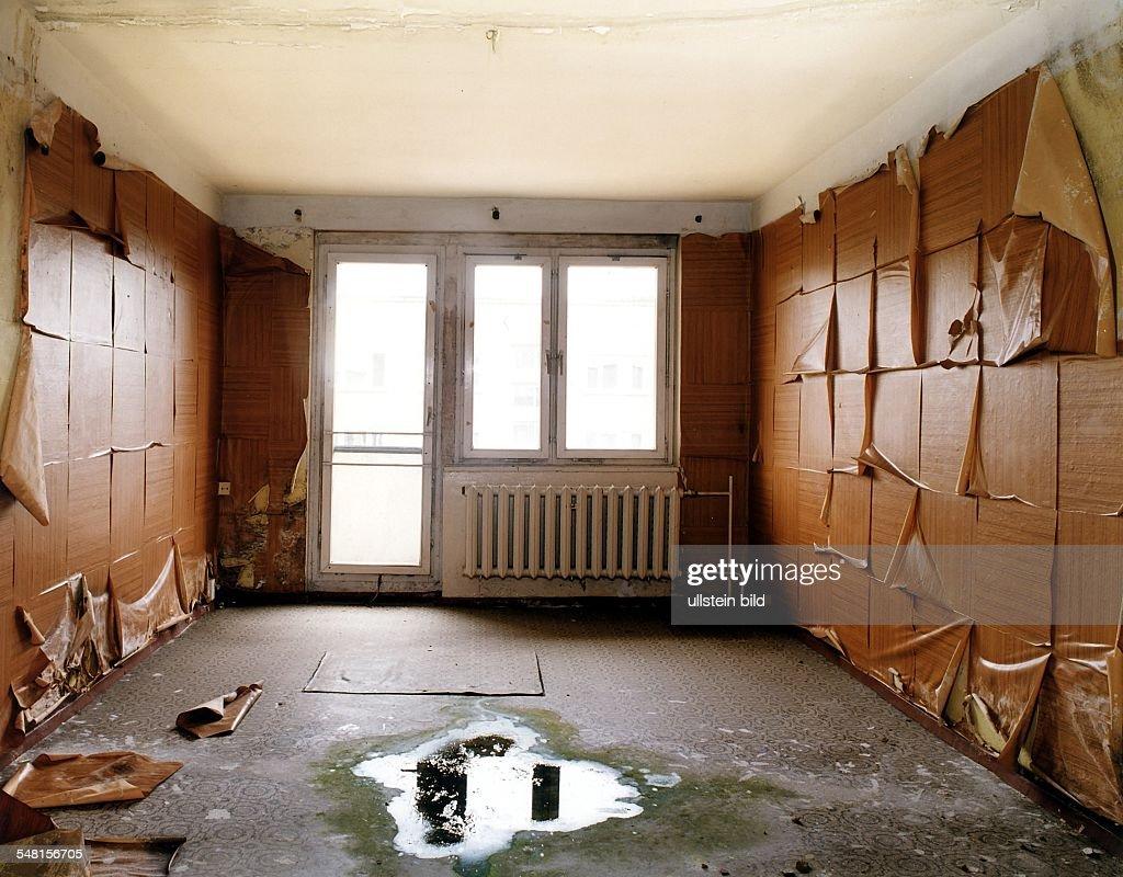 Blick In Ein Zimmer In Einem Der Wohnblocks Die Als Unterbringung Für Die  Sowjetischen Soldaten Erbaut