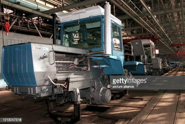 Blick in eine Produktionshalle des Traktorenwerks in Charkow , aufgenommen am 6.2.1998. Am gleichen Tag begann hier die Produktion von Traktoren mit...