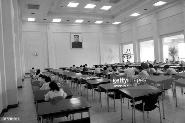 Blick in einen Lesesaal mit einem Porträt-Bildnis des diktatorischen Machthabers in Nordkorea, Kim Il-sung, aufgenommen am Rande der XIII....