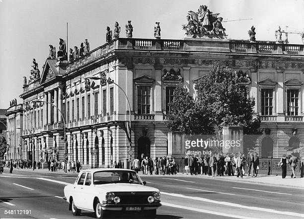 Blick mit Strassenszene von der Schlossbrücke Unter den Linden auf das von der DDR als 'Museum für Deutsche Geschichte' genutzte Zeughaus 1978