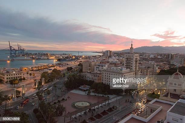 Blick vom 15 Stock des AC Marriot Hotel in Malaga auf die Stadt Hafen und Küste im Sonnenuntergang vorne der Hauptplatz Plaza Marina