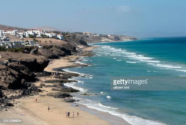 Blick vom Clubhotel Aldiana auf den Strand in der Naehe von Morro Jable auf der kanarischen Insel Fuerteventura in Spanien.