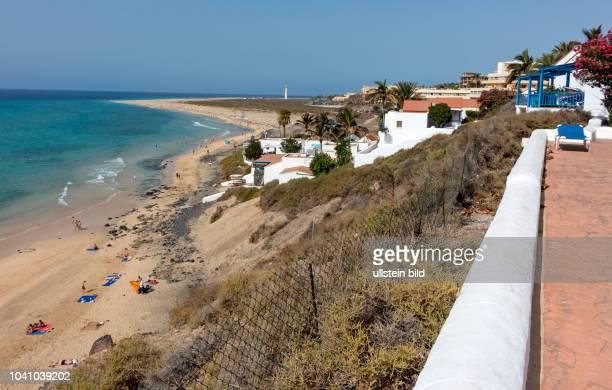 Blick vom Clubhotel Aldiana auf den Strand in der Naehe von Morro Jable auf der kanarischen Insel Fuerteventura in Spanien