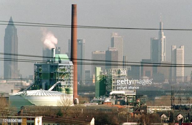 Blick vom Gewerbegebiet Kriftel auf einen Teil der Werksanlagen der Hoechst AG , im Hintergrund die Skyline von Frankfurt/Main.