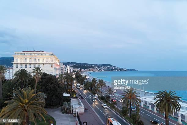 Blick vom Hotel Negresco auf die nächtliche Promenade des Anglais in Nizza
