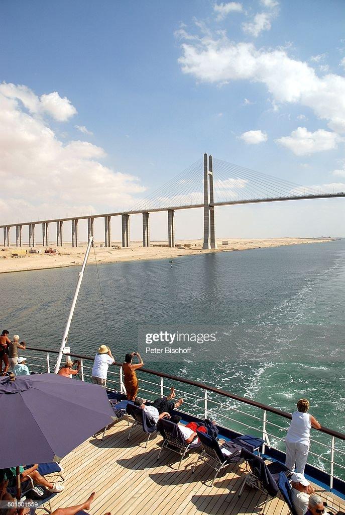 """Blick vom Kreuzfahrtschiff MS """"Astoria"""" auf Sueskanal-Brücke (Friedensbrücke), Suez- : News Photo"""
