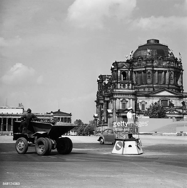 Blick vom Marx-Engels-Platz auf den Berliner Dom: vorne ein Verkehrspolizist, hinten der Lustgarten mit Alter Nationalgalerie - 1962