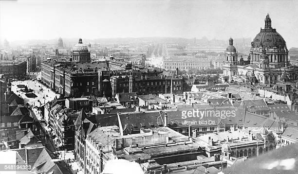 Blick vom Rathausturm auf Berlin Mitte Vlnr Schlossfreiheit Stadtschloss Unter den Linden Zeughaus und Berliner Dom 1911